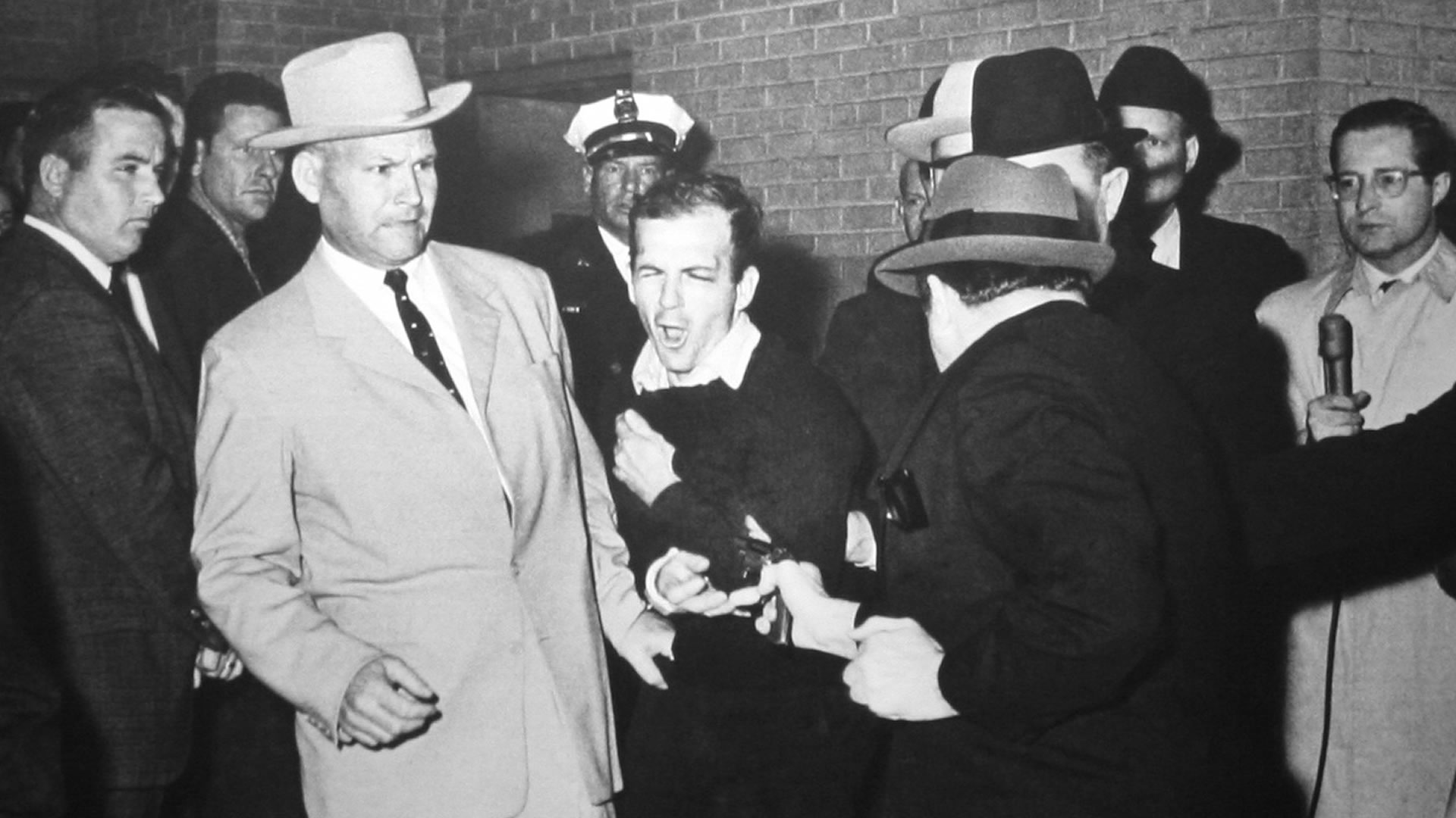 Jack Ruby shooting Oswald, who is being escorted by Dallas police. Detective Jim Leavelle is wearing the tan suit. Credits: Wikipedia