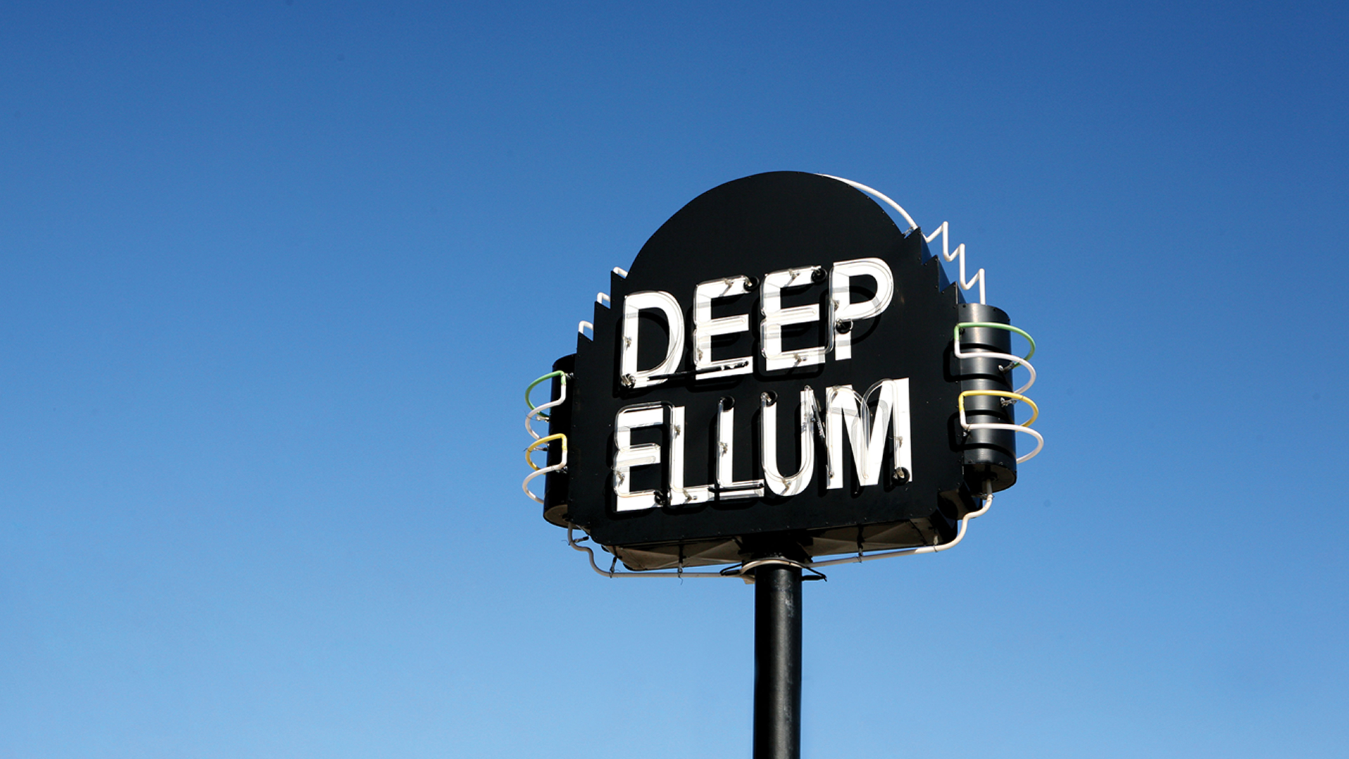 The lively Deep Ellum entertainment district is known for its vibrant street murals, quirky art galleries and long-time concert venues for indie and blues. Brewpubs, cocktail bars and Tex-Mex eateries draw a boisterous crowd on weekends.
